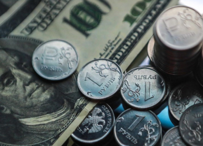 Евро и доллар просели до минимума семи месяцев