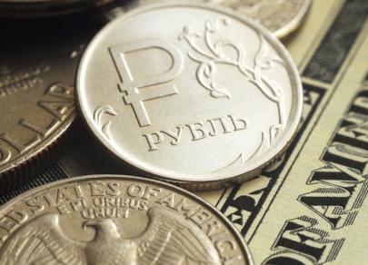Курс рубля незначительно снижается после налоговых выплат