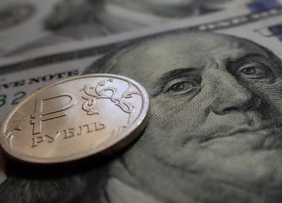 Падение цен на нефть и новый виток торговой войны умеренно давят на рубль