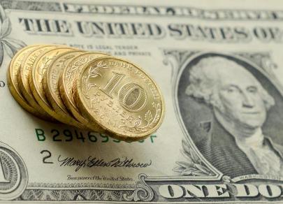 Доллар усилил рост к большинству валют, но рубль пока держится достойно