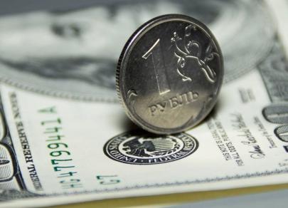 Рубль удерживает стабильность на фоне активного роста доллара