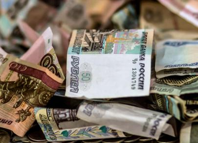 В начале торгов в четверг курс рубля падает