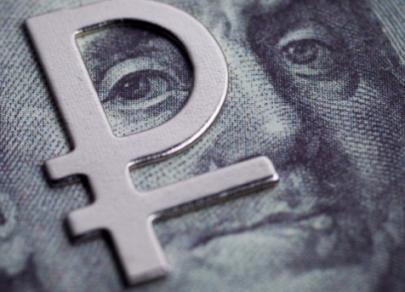 Доллар США упал на 0,33 рубля