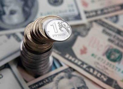Рубль слабеет на фоне массовой скупки валюты Банком России