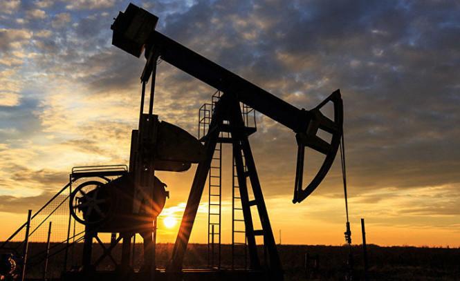 Стремительный рост сменился падением: нефть незначительно корректируется вниз