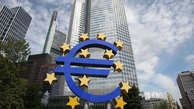Европа думает над сворачиванием стимулирующих мер поддержки, а Марио Драги продолжает «спасать» Италию. Евро готовиться к нисходящей коррекции против доллара США