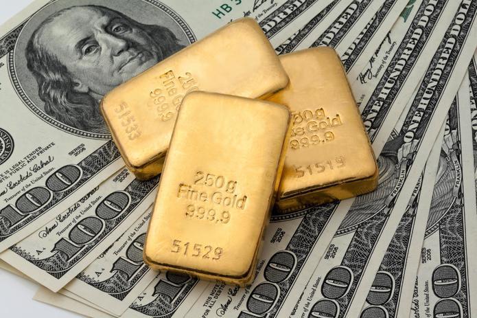 Золото начало неделю с роста. Эксперты рекомендуют покупать драгметалл прямо сейчас